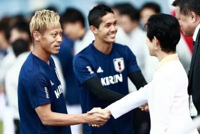 本田圭佑(左)和周四到访训练基地的日本宪仁亲王妃久子握手交流。