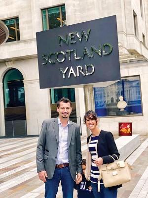 爷爷斯托(左)同家人在伦敦警察总部前合影。