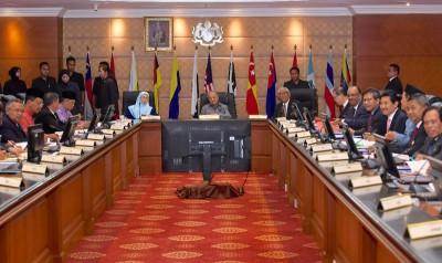 马哈迪周五主持内阁政府诚信管理特别委员会会议,协和新政府的高风亮节管理工作。左3由凡莫哈最后沙布、慕尤丁、发达阿兹莎、阿布卡欣、林冠英、阿里韩沙同阿威。