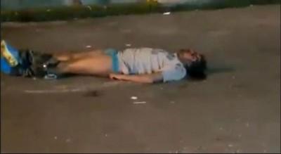 事主遇袭后受伤卧地。(视频截图)