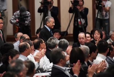 马哈迪出席在日本举行的第24届亚洲未来国际大会,受到众人的欢迎。