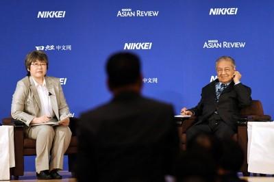在问答环节,马哈迪仔细聆听询问者的问题。