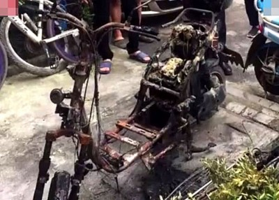 摩托车被烧至面目全非。