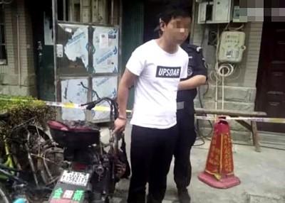 服白衣的陶男深受警官押往现场指认。