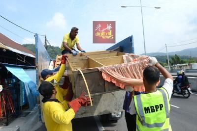 槟岛市政厅人员帮忙罗基雅清理家园,丢弃旧物件。
