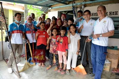 """罗基雅及8名孙子与""""峇央峇鲁希望计划""""团队队员合照。"""