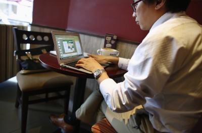 """韩姓男子专门当""""网路水军"""",同样年多就赚超过16万令吉。"""