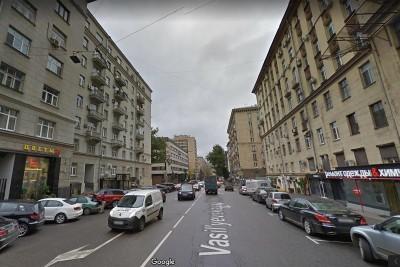 裸体少年突然坠楼,并压伤3名行人。