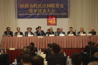出于郭素岑一再在张威使(左4)报问题常常打岔,后者要求郭素岑致尊重。