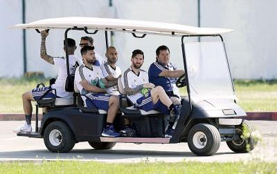 梅西(右2自打)、马斯切拉诺、阿奎罗、中场球员巴内加一起乘车去训练。