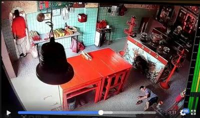 红衣男子在以钱包放回庙主的舅舅的身后离开现场。