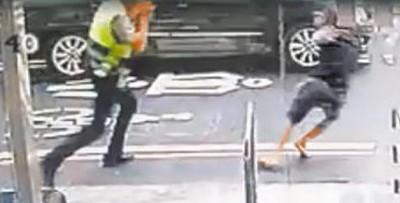 杨嫌与警员当街扭打。