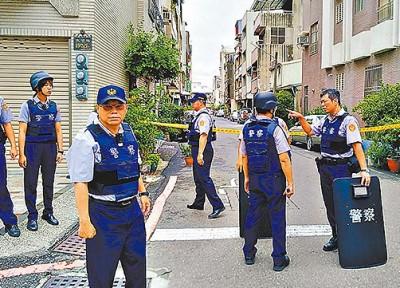 大批警力荷枪实弹、持盾牌,封锁街道搜捕杨嫌。