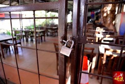 餐厅大门深锁,员工休假庆祝开斋节。
