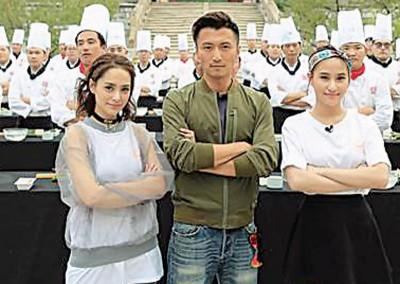 图左起:钟欣潼(阿娇)、谢霆锋、何超莲联手炒饭。