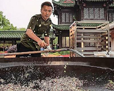 谢霆锋用大铲炒饭。