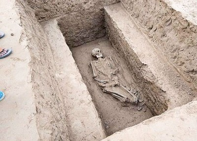 河南郑州上周五有100多处形状奇特的古墓面世。