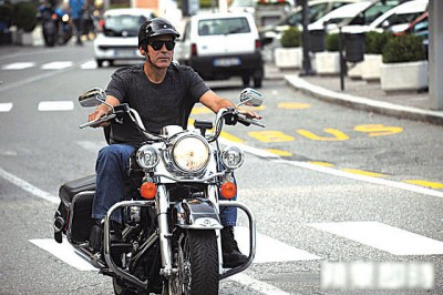 佐治古尼平时喜欢骑重机。