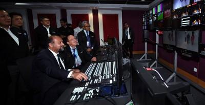 哥宾星(坐者左)巡视媒体城了解工程进展,体验操作仪器。