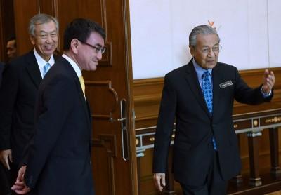 马哈迪(右)接见日本外交部长河野太郎时,向他传达谢意。
