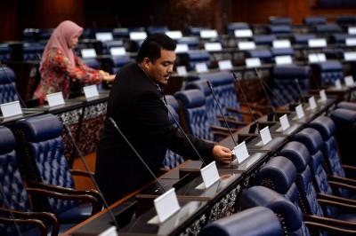 新届首季国会下议院将在下周召开,国会职员忙于编排议员的座位。