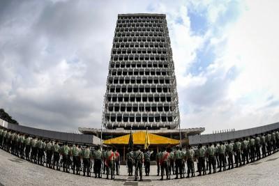 皇家马来兵团为周二举行的开幕礼进行彩排,整装待发。
