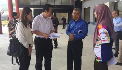 张哲敏(右2)和凯鲁(右3)聆听金宝县议会官员作出的巴士路线汇报会。右为李蕙如。