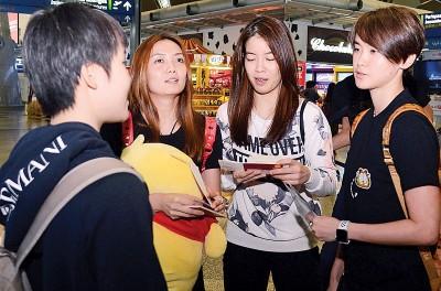 吴堇溦、赖沛君、赖洁敏和许嘉雯在机场出发前谈天。
