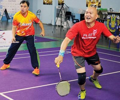 孙意志与吴侲赋(右)为2018年第二届全槟校友会羽球团体赛进行表演赛。