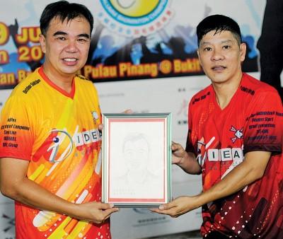 傅裕兴(右)代表大会赠送孙意志画像给后者作纪念品。