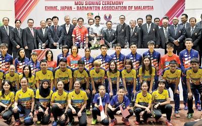 赛沙迪、诺扎、中村时广、大马羽总秘书拿督黄锦才等人与马羽总年轻球员们在签署仪式后合影。