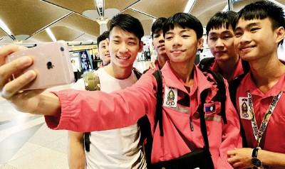 陈炳顺(左)与参加完东南亚学联的寮国运动员自拍。