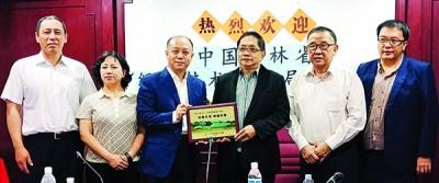 徐德辰(左3)在嘉宾陪同下颁发纪念品予郑荣兴(右3)。左1为任俊龙、于荔欣、黄天隆及郑文胜。