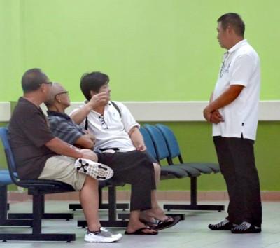 刘雅丽(右3)与亲友在医院太平间等候认领死者遗体。