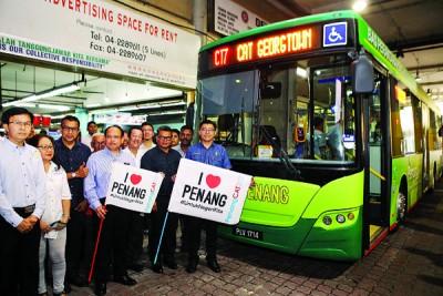 郑来兴(右1)同安南(右3)也光大区乔治市先后2途径免费接驳巴士进行挥旗仪。