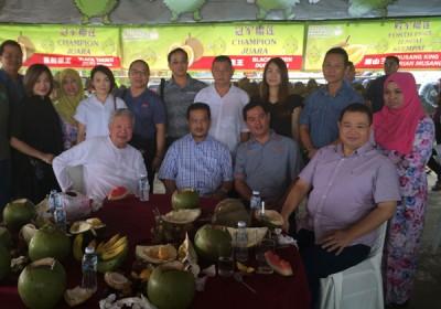蔡澜带团15人尝我国冠中冠黑刺,坐者左起蔡澜、阿芝曼、苏健兴、林桂亿州议员。