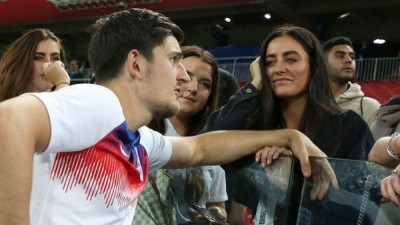 马奎尔深受打到在与女朋友在聊天。