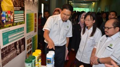 原产业部长郭素沁为国家橡胶局研讨会主持开幕后参观图片展,左为橡胶局总监再罗沙尼。