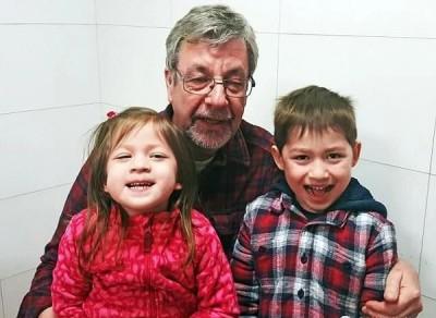 祖父伊恩同部分孙儿感情甚好。