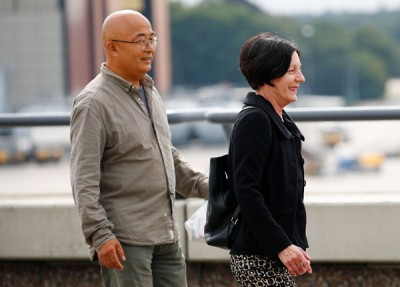 霞好友廖亦武(左)以及诺贝尔文学奖得主赫塔米勒(右)出席接机。(法新社照片)