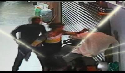 事主被劫匪推撞。