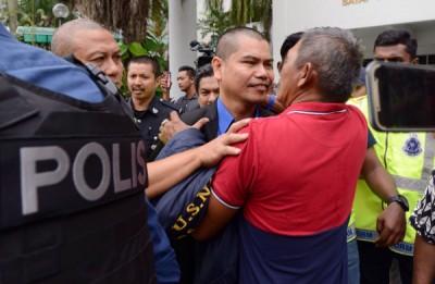 嘉玛在坐上警方收押在双溪毛糯监狱前,一名中年男子趋前相拥打气。