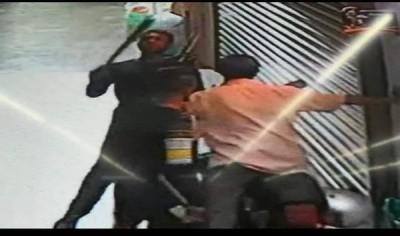 两名劫匪举起武器作状要做出攻击。
