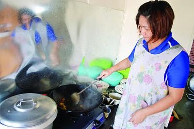 蘇雪莉接到訂單後再煮食,以便顧客可以品嘗到熱騰騰新鮮美味的午餐。
