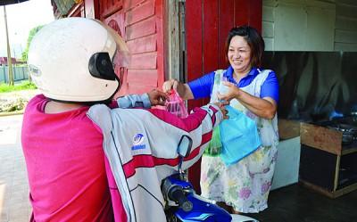 蘇雪莉聘請孩子的朋友代送午餐給下單的顧客,讓對方也有額外的工作機會。