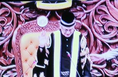 前上诉庭法官拿督莫哈末阿里夫在反对党一片抗议声中宣誓成为国会下议院议长。