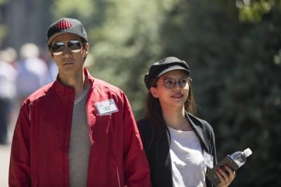 """王力宏与老婆在美国参加被誉为""""世界富豪夏令营""""的美国太阳谷会议。"""