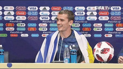 格里兹曼以发布会身披乌拉圭国旗。