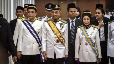 首相敦马哈迪(中)、副首相拿督斯里旺阿兹莎及首相署部长刘伟强(左)出席国会下议院开幕礼。