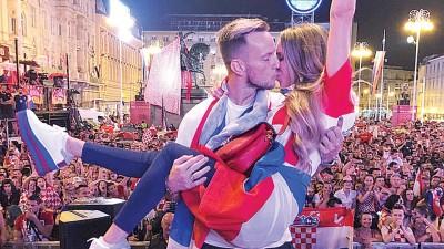 拉基蒂奇公开抱起妻子。